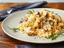 Ризото с бяло пилешко месо от гърди, гъби манатарки, лук и моркови в тенджера и запечено на фурна - снимка на рецептата